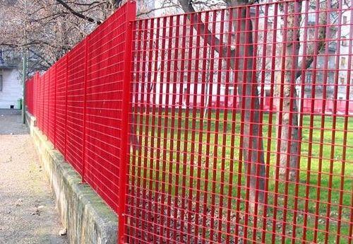 红色钢格板护栏